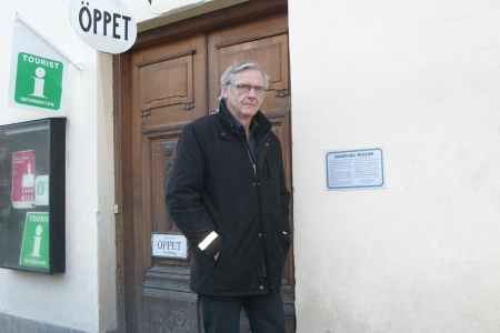 Bengt Svensson framför muséet som han byggde upp när han kom till Enköping