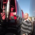 Joakim Eriksson visar terbon som monterats på en av sopbilarna som rullar i Enköping